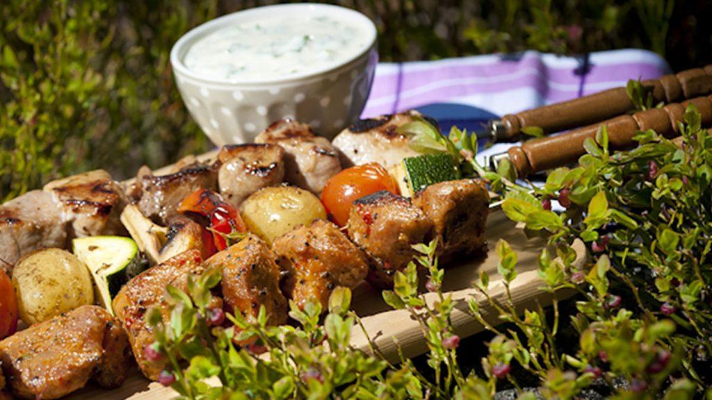 Grillspett med vitlöksmarinerad fläskfilé, grönsaksspett och gräddfilssås