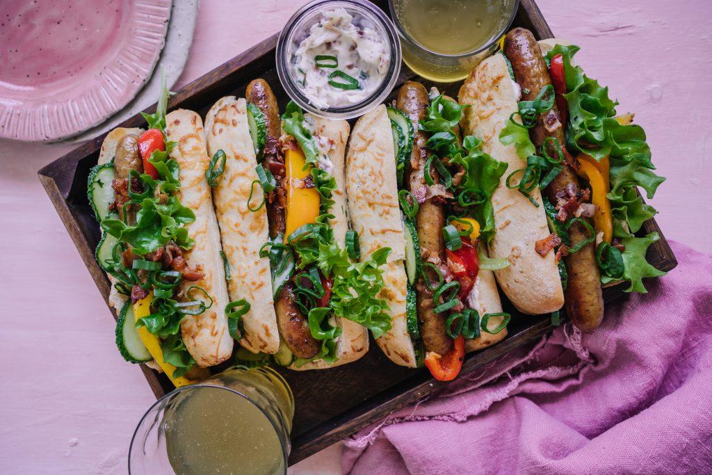 Salsicciasemlor med inlagd gurka, paprika och baconmajonnäs